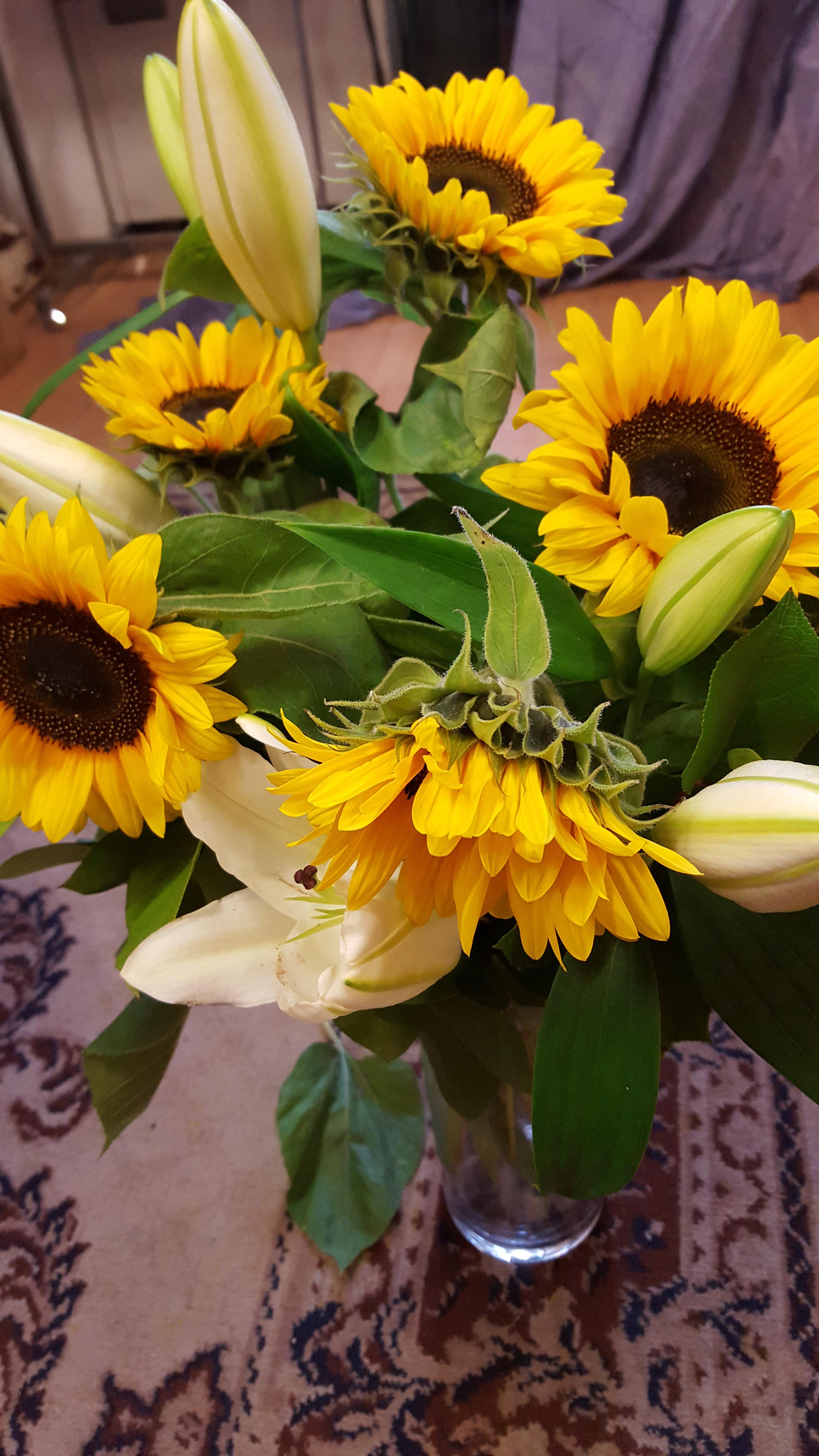 Nos bouquets tournesol avec lys blanc et verdure - Lys blanc signification ...