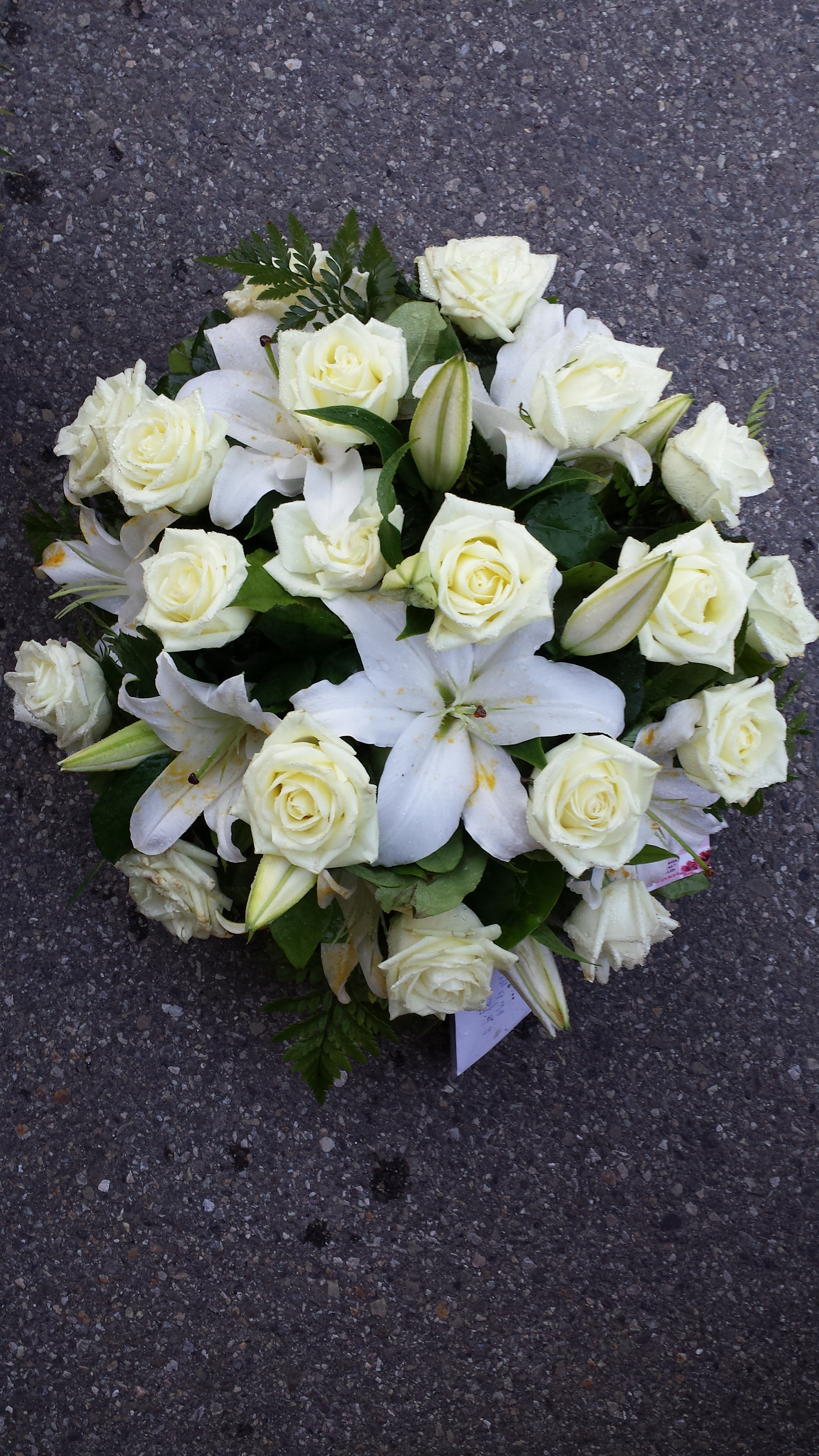 Nos arrangements 2 arrangement dans une corbeille roses blanche et lys blanc - Lys blanc signification ...